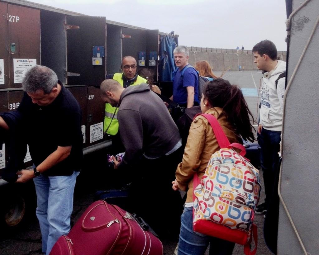 Дяденька в лимонном жилете - ответственный за погрузку багажа