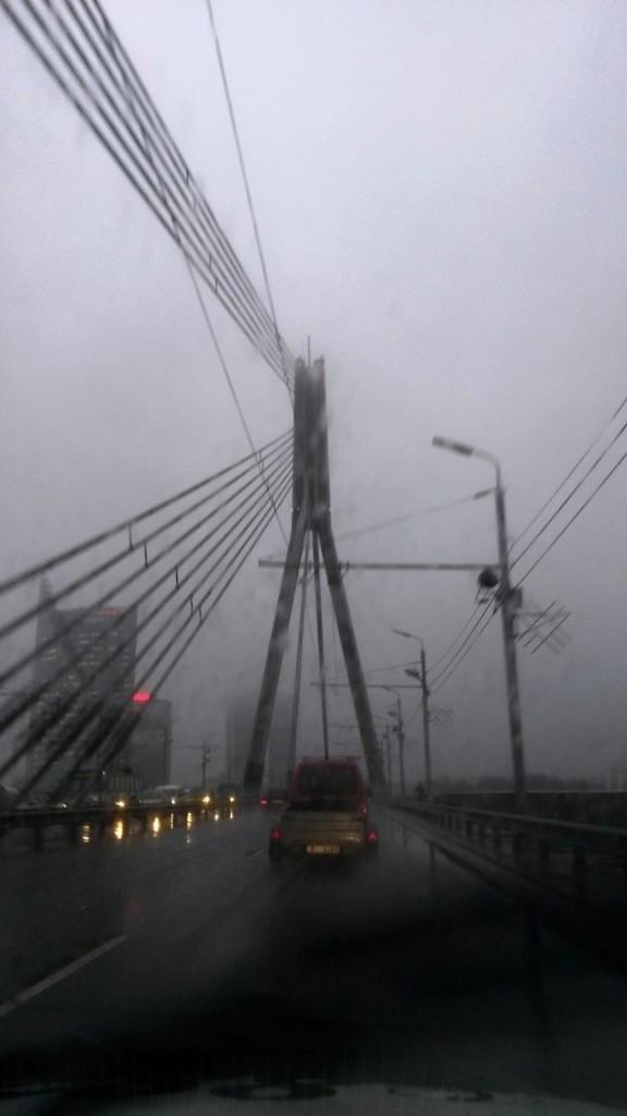 Погода совсем никуда. На вантовом мосту по дороге в аэропорт