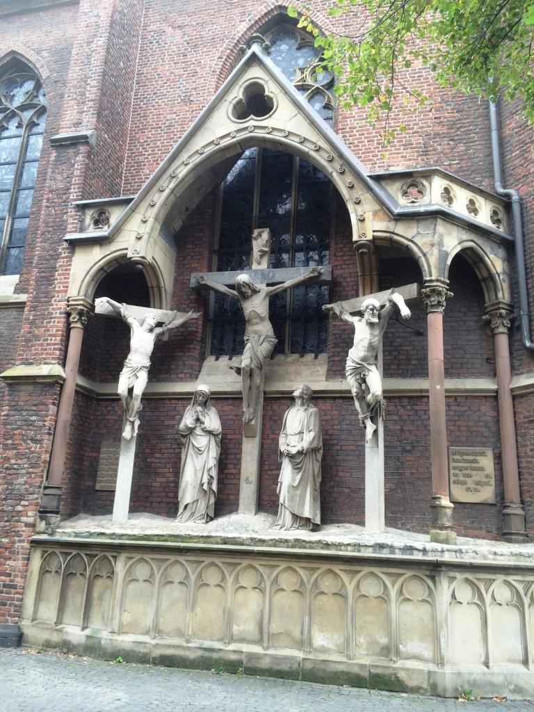 Скульптурная группа на Базилике Святого Ламберта