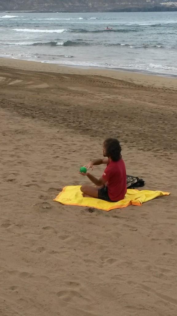 Иллюзионист с мячом на пляже