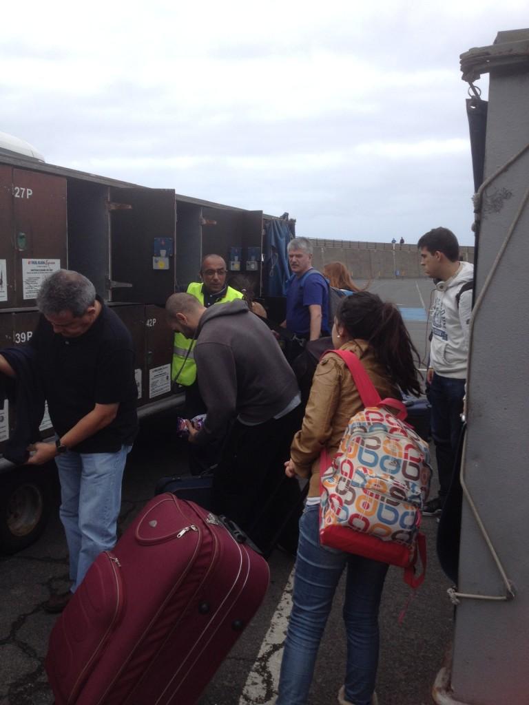 Пассажиры размещают свой багаж