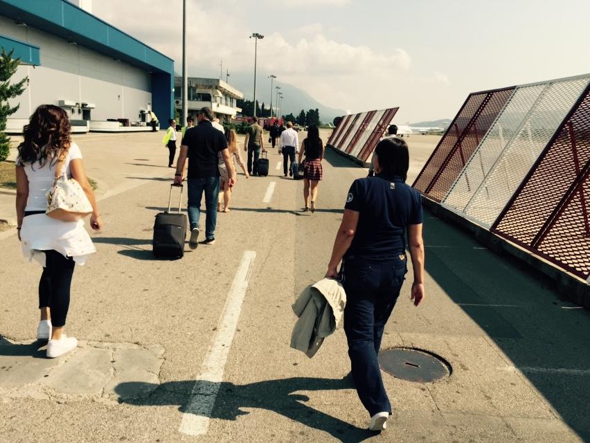 Из самолета мы пешком прогулялись до здания аэропорт
