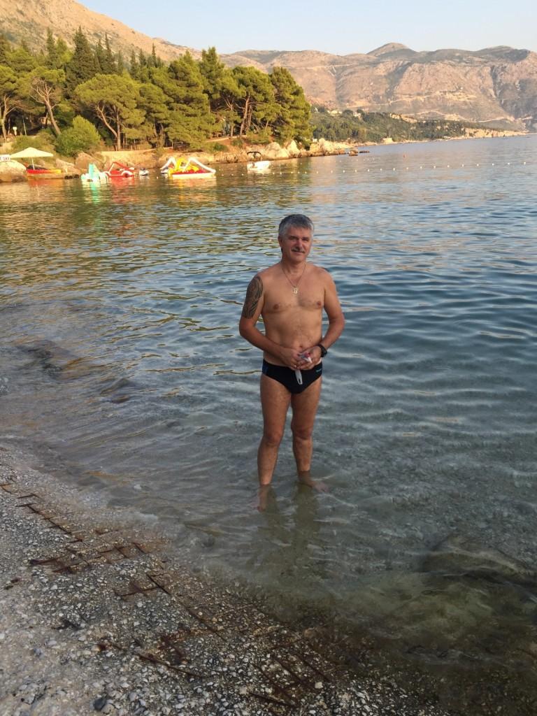 Пляж в Сребрено. Здесь мы подарили Адриатики жемчуг с Тенерифе. Не обращайте внимание на ржавую арматуру под ногами, это остатки бетонных плит, они нам совсем не мешали купаться
