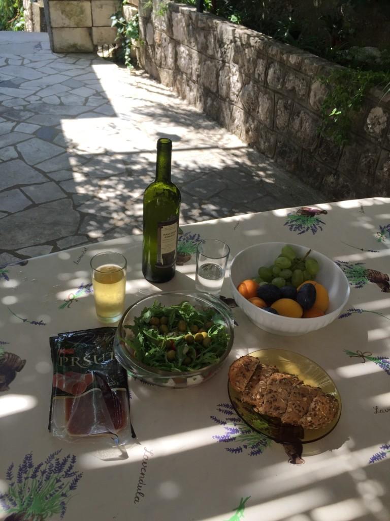 Завтрак во дворе