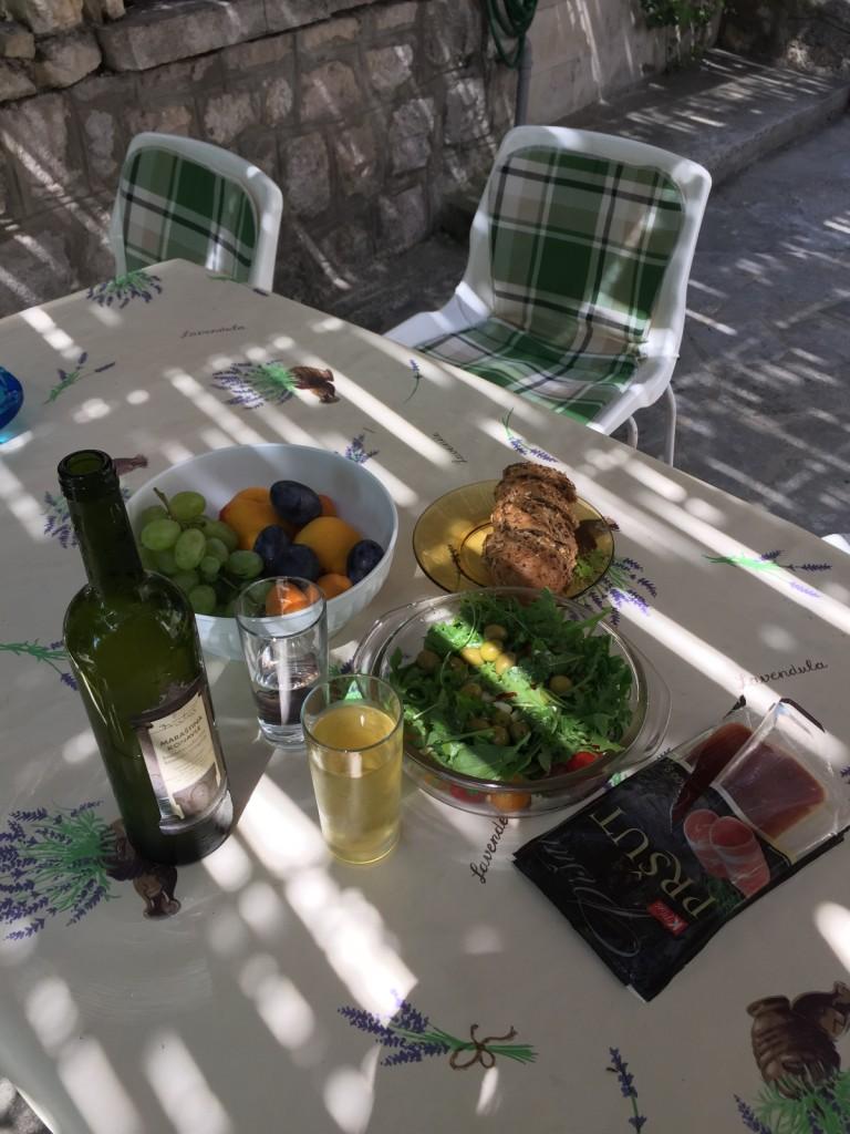 Небольшой завтрак во дворе под перголой