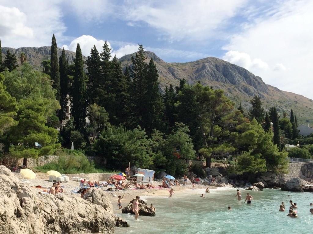 Наш небольшой пляж, на котором можно найти мелкую и крупную гальку и даже песок