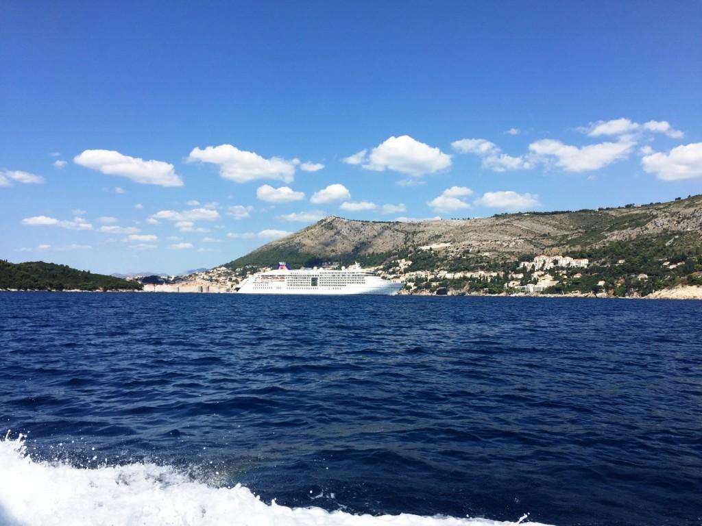 На катере в Дубровник (там, за кораблем - это и есть Дубровник)