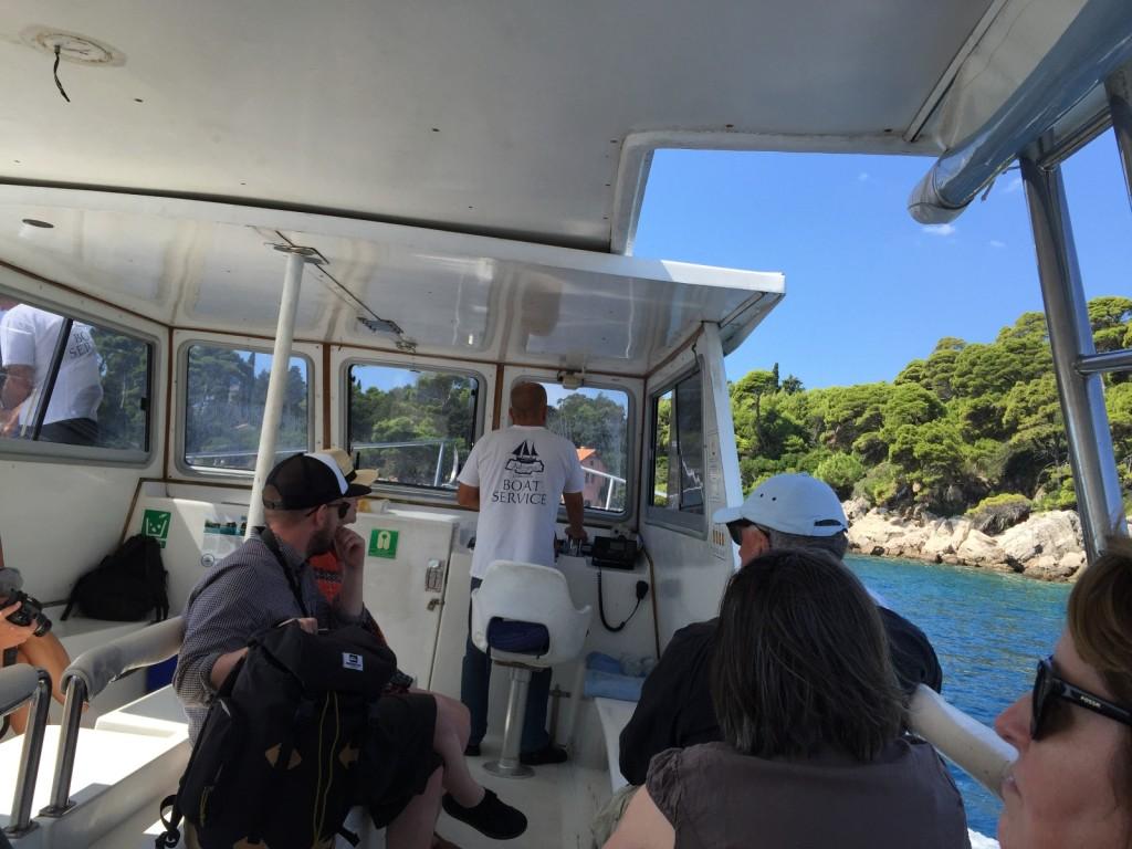 Наш катер на подходе к острову