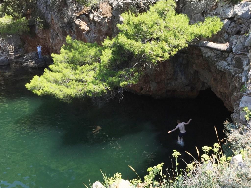 Это не хождение по водам, это такое удачное фото в прыжке
