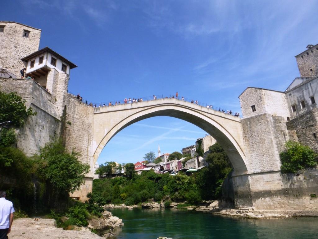 """Этот мост восстановлен после войны в городе Мостар. Разве он стал менее интересен, став """"новоделом""""? Конечно нет, просто в его историю была вписана еще одна немаловажная страница"""
