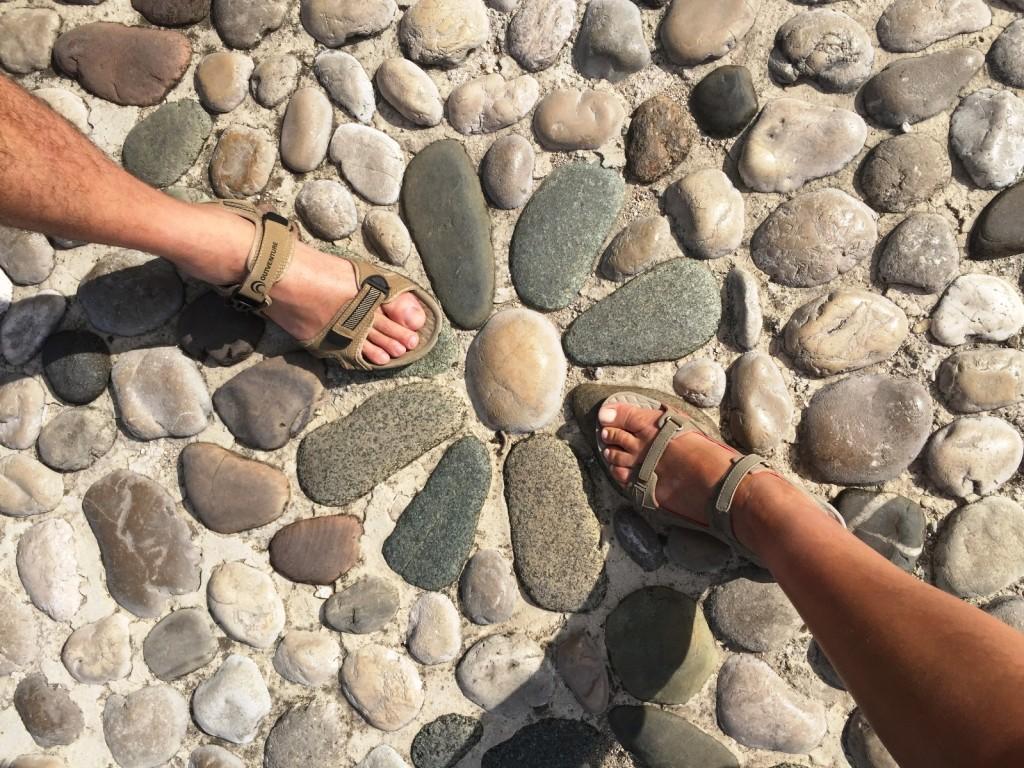 А это вообще - прелесть (не наши ноги конечно, а каменная ромашка)