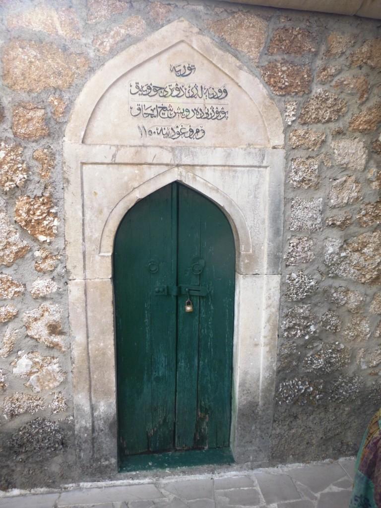 Не могу сказать, куда ведет эта дверь, но ее вид нас заинтересовал