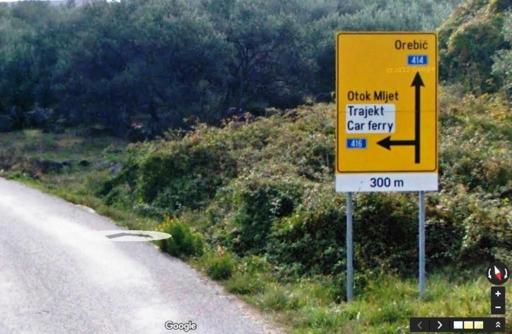 Информационный щит за 300 метров до перекрестка (фото из Google maps)