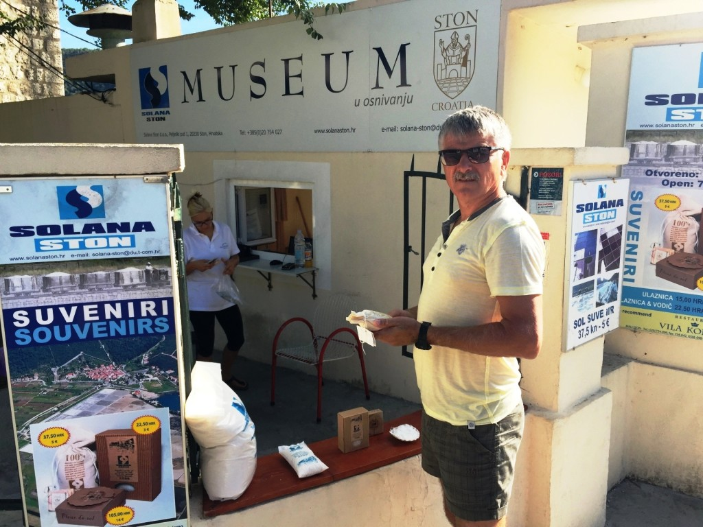 Возле центрального входа - небольшой музей. Здесь же можно купить сувениры и даже мешок соли