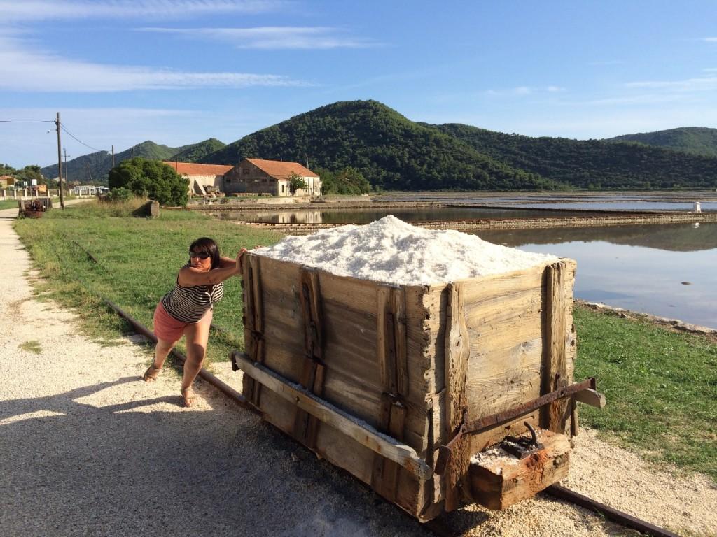 Нелегкий труд рабочего на добыче соли