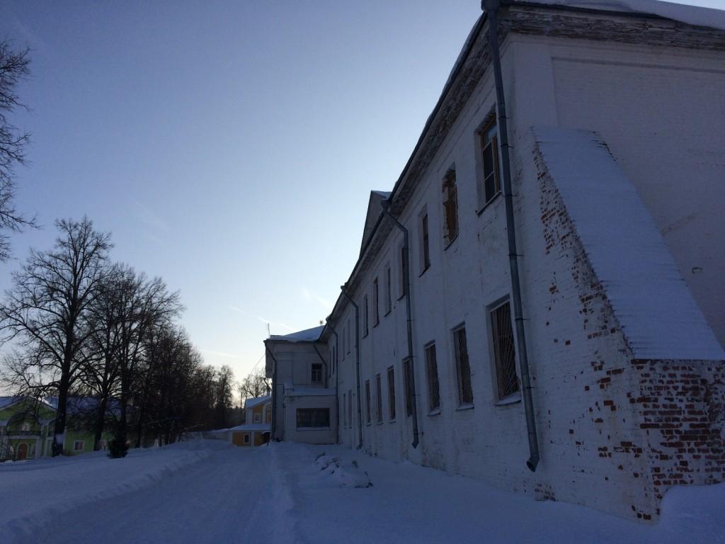 Раньше здесь жили до ста двадцати человек одновременно, сейчас всего восемь