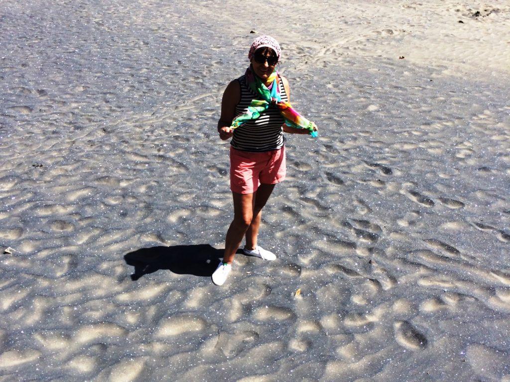 А это моя любимая топчет песок на пляже