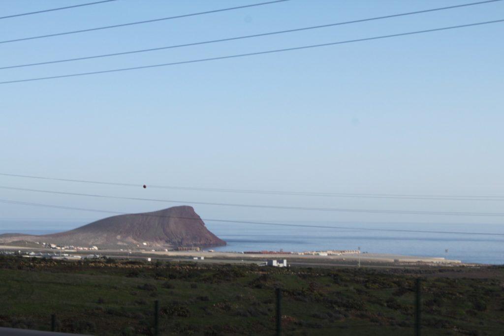 Если вы едете из Адехе на север по Autopista del Sur, то сначала увидите такую гору - это Монтьяна Роха