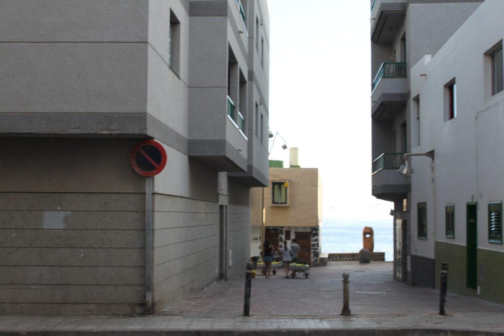 Среди домов видно на набережной интересную деревянную скульптуру
