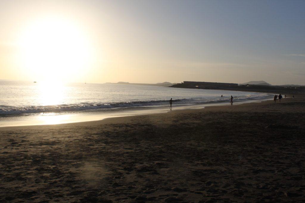 Пляж протяженностью около полутора километров